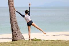 Азиатские девушки наслаждаясь на пляже кокоса стоковая фотография