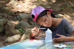 Азиатские девушки учат покрасить с paintbrush Стоковое Фото