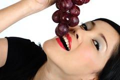 азиатские детеныши виноградины девушки еды Стоковая Фотография