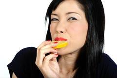 азиатские детеныши лимона девушки еды Стоковое Фото