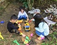 Азиатские дети играя на саде Стоковая Фотография RF