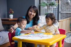 Азиатские дети крася и рисуя Стоковое Фото