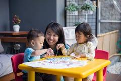 Азиатские дети крася и рисуя Стоковые Фото