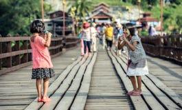Азиатские девушки говоря на телефоне чонсервной банкы Стоковая Фотография