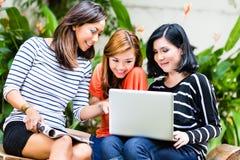 Азиатские девушки используя тетрадь Стоковые Изображения RF