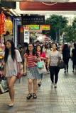Азиатские девушки идя на улицу Стоковые Изображения