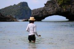 Азиатские девушки наслаждаются в море около пляжа Стоковые Фотографии RF