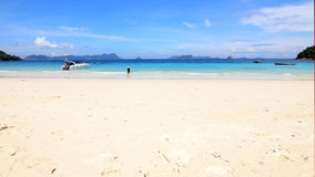 Азиатские девушки пляжа туристов на пляже Стоковое фото RF