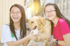 Азиатские девушки с собакой Стоковые Фото
