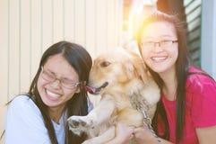 Азиатские девушки с собакой Стоковые Фотографии RF