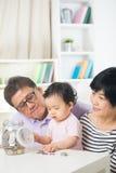 Азиатские деньги сбережений семьи крытые Стоковое Фото