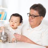Азиатские деньги сбережений семьи стоковое фото rf