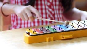 Азиатские дети играя на красочном ксилофоне сток-видео