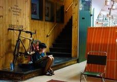 Азиатские дети, таблетка, современная технология стоковая фотография rf