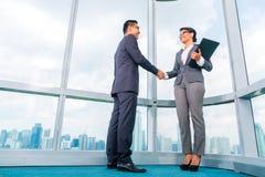 Азиатские деловые партнеры тряся руки Стоковое Фото