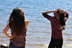 Азиатские женские подростки на пляже Аризоны стоковая фотография rf