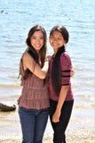 Азиатские женские подростки на пляже Аризоны стоковые фото