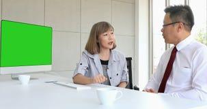 Азиатские женские dicuss босса с мужскими двойниками
