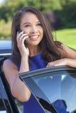 Азиатские женщина или коммерсантка говоря на сотовом телефоне Стоковое Изображение