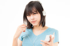 Азиатские женщина и наушники Стоковое Изображение RF
