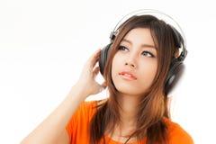 Азиатские женщина и наушники Стоковые Фотографии RF