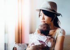 Азиатские женщина и дочь Стоковые Фотографии RF