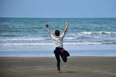Азиатские женщины бегут с ободрением в море Стоковые Фото
