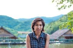Азиатские женщины, горы предпосылки и вода стоковые фото