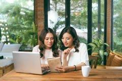 азиатские женщины 2 коллеги в офисе стоковые изображения