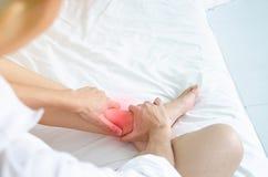 Азиатские женщины не удобны с болью стоковое изображение rf