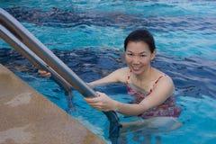 Азиатские женщины ослабляя в бассейне на каникулах. Стоковое Изображение RF