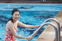 Азиатские женщины ослабляя в бассейне на каникулах. Стоковые Изображения RF