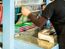 Азиатские женщины покрывая пластмассу для книги делают ее готовый упаковать стоковое фото rf
