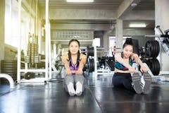 Азиатские женщины протягивают перед тренировкой вне протягивать женщину стоковая фотография