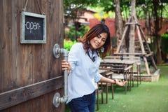 Азиатские женщины раскрывают их двери охотно стоковое фото rf