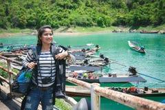 Азиатские женщины симпатичный багаж и перемещение стоковые фотографии rf