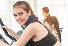 Азиатские женщины фитнеса разрабатывают в спортзале фитнеса Стоковое Изображение