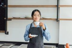 Азиатские женщины barista пахнуть кофе стоковое изображение rf