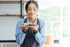 Азиатские женщины barista пахнуть кофе стоковые фотографии rf