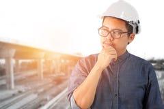 Азиатские инженеры человека думают что-то Стоковое Изображение
