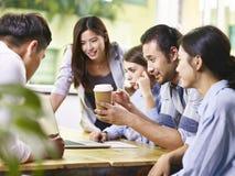 Азиатские и кавказские бизнесмены работая совместно в офисе Стоковое Изображение RF