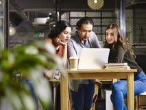 Азиатские и кавказские предприниматели встречая в офисе Стоковое фото RF