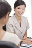 Азиатские китайские женщина или коммерсантка в офисе Стоковые Фото