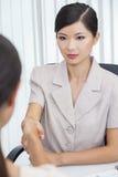 Азиатские китайские женщина или коммерсантка трястия руки Стоковое фото RF