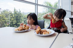 Азиатские китайские маленькие девочки есть жареную курицу Стоковая Фотография
