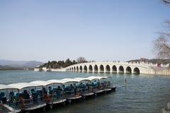 Азиатские китайцы, Пекин, летний дворец, 17 продырявливают мост Стоковая Фотография