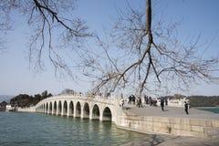 Азиатские китайцы, Пекин, летний дворец, 17 продырявливают мост Стоковое фото RF