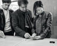 Азиатские клиенты пар этничности на Яблоке хранят iPhone x Стоковая Фотография
