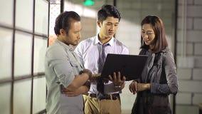 Азиатские корпоративные люди обсуждая дело в офисе сток-видео