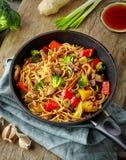 Азиатские лапши яичка с овощами и мясом Стоковые Изображения